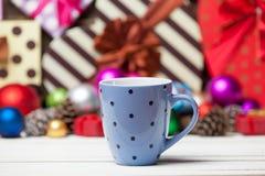 Tasse Kaffee und Spielwaren Stockfotos