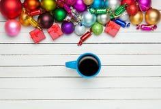 Tasse Kaffee und Spielwaren Stockbilder