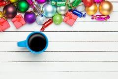 Tasse Kaffee und Spielwaren Lizenzfreie Stockfotos