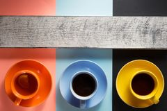 Tasse Kaffee und Tee am abstrakten Hintergrund stockfoto