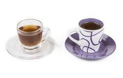 Tasse Kaffee und Tasse Tee auf dem Weiß Lizenzfreies Stockbild