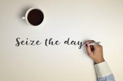 Tasse Kaffee und Text ergreifen den Tag lizenzfreie stockfotos