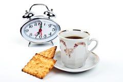 Tasse Kaffee- und Uhrnahaufnahme Lizenzfreie Stockfotografie