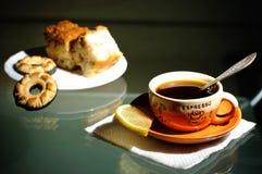 Tasse Kaffee und Untertasse mit Gebäck Stockfotos