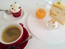 Tasse Kaffee und verschiedene Kuchen Lizenzfreies Stockbild