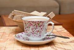 Tasse Kaffee und Waffeln Stockfoto