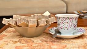Tasse Kaffee und Waffeln Stockfotografie