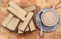 Tasse Kaffee und Waffeln Stockbilder