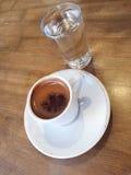 Tasse Kaffee und Wasser auf Tabelle Lizenzfreie Stockfotos