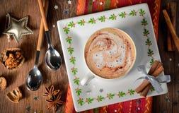 Tasse Kaffee- und Weihnachtsdekorationen Stockbild