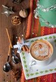 Tasse Kaffee- und Weihnachtsdekorationen Lizenzfreie Stockbilder