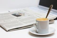 Tasse Kaffee und Zeitung Stockfotos