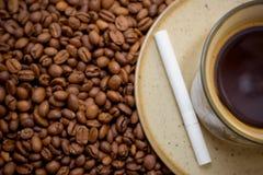 Tasse Kaffee und Zigarette Stockbild