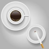 Tasse Kaffee und Zigarette Stockfotografie
