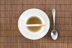 Tasse Kaffee- und Zigarettenzusammensetzung Stockfotos