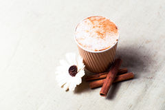 Tasse Kaffee und Zimt auf Sackleinen Stockfotos