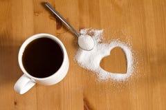 Tasse Kaffee und Zucker auf hölzernem Hintergrund Stockbilder