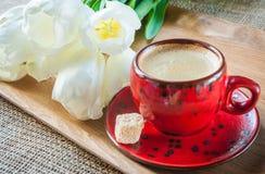 Tasse Kaffee an verziert mit Gewürzen und Blumen Lizenzfreies Stockfoto