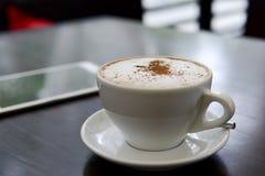 Tasse Kaffee während Arbeit mit einer Tablette Stockbilder