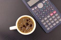 Tasse Kaffee während beschäftigten mit Arbeit Lizenzfreies Stockfoto