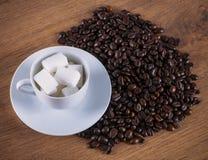 Tasse Kaffee, Zucker und Kaffeebohnen Stockbilder