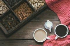 Tasse Kaffees auf dunklem hölzernem Hintergrund lizenzfreie stockfotografie