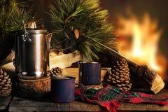 Tasse Kaffees durch Lagerfeuer Lizenzfreie Stockfotos