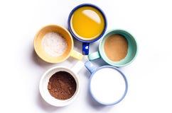 Tasse Kaffees, Milch, Saft, Cappuccino Getrennt auf einem weißen Hintergrund Bunte Cup Gläser gelegt in einen Kreis Energie backg Stockfotos