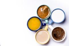 Tasse Kaffees, Milch, Saft, Cappuccino Getrennt auf einem weißen Hintergrund Bunte Cup Gläser gelegt in einen Kreis Energie backg Stockbild