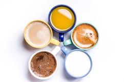 Tasse Kaffees, Milch, Saft, Cappuccino Getrennt auf einem weißen Hintergrund Bunte Cup Gläser gelegt in einen Kreis Energie backg Lizenzfreie Stockfotos