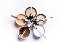 Tasse Kaffees, Milch, Saft, Cappuccino Getrennt auf einem weißen Hintergrund Bunte Cup Gläser gelegt in einen Kreis Energie backg Lizenzfreie Stockfotografie