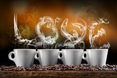 Tasse Kaffees mit Kaffeebohnen auf Goldhintergrund, Produktfotografie für Kaffeestube Stockfotografie