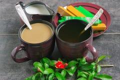 Tasse Kaffees und Tee, Schokolade, Krug mit Milch und eine Niederlassung mit Blumen Granatapfel Lizenzfreies Stockfoto