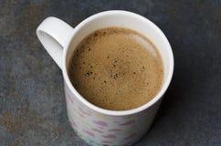 Tasse mignonne de café frais avec la mousse brune, plan rapproché photo stock