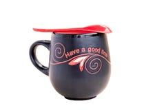 Tasse noire et rouge de thé images stock
