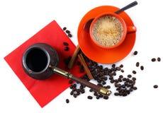 Tasse orange avec la crème anglaise de café Photo stock