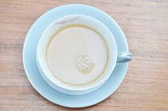 Tasse outre de café avec lipstic de la femme Photographie stock
