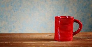 Tasse pas une table rurale Image stock