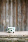 Tasse pointillée par vintage avec du charme en métal Photo stock