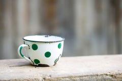 Tasse pointillée par vintage avec du charme en métal Photos stock