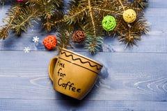 Tasse pour le café avec le fond de décorations de Noël Appréciez la boisson d'hiver Concept de temps de café Boisson d'hiver avec image libre de droits