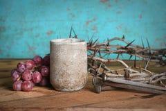 Tasse, raisins, clous et couronne de vin des épines Images stock