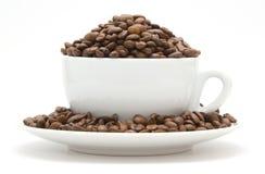Tasse remplie de grains de café Images stock