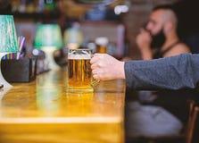 Tasse remplie de la bi?re savoureuse froide dans la barre Tradition de loisirs de vendredi Concept de bar de bi?re Mode de vie de photographie stock libre de droits