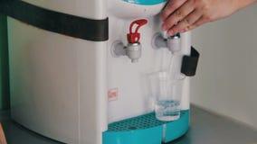 Tasse remplissante au refroidisseur d'eau, distributeur de l'eau banque de vidéos