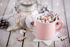 Tasse rose de chocolat chaud avec des guimauves sur la table photos stock
