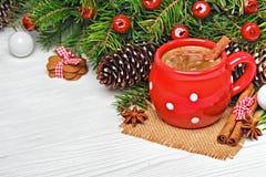 Tasse rouge avec des biscuits de chocolat chaud et de pain d'épice Photographie stock