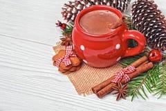 Tasse rouge avec des biscuits de chocolat chaud et de pain d'épice Image libre de droits