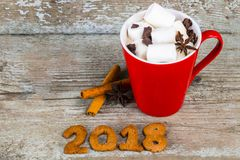 Tasse rouge avec du chocolat chaud avec de la cannelle fondue de guimauve et Image libre de droits