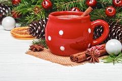 Tasse rouge avec du chocolat chaud et la cannelle Image stock